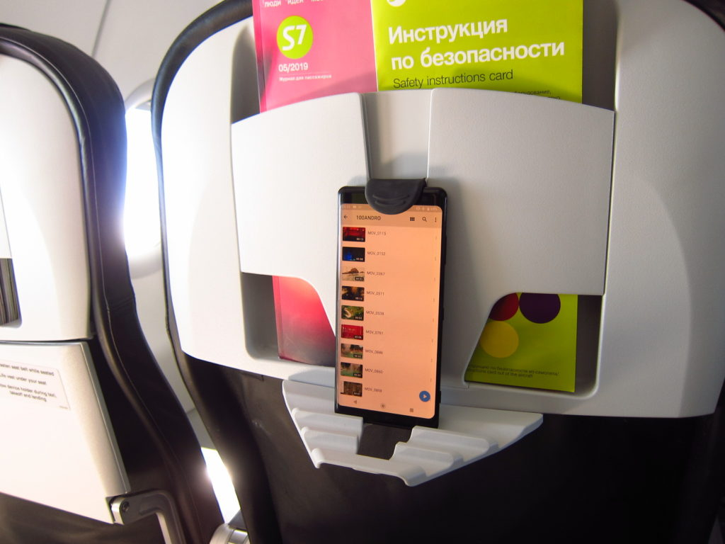S7航空の機内のメディアスタンド