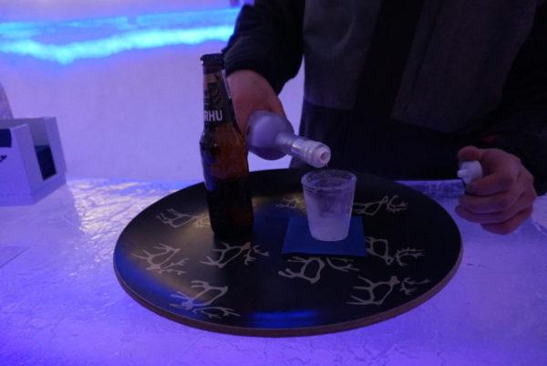 氷でできたグラスについでもらう